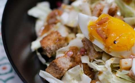 Salade de chou aux lardons, à la pomme et aux croûtons aillés