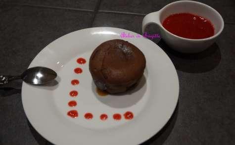 Fondant au chocolat, coeur caramel au beurre demi-sel et son coulis de framboises