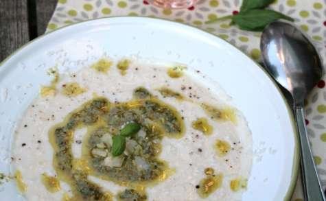 Soupe froide de chou-fleur, sauce aux câpres et basilic