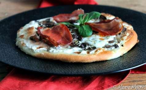 Pizza à la crème de truffe, champignons et mozzarella