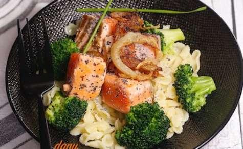 Pâtes au saumon mi cuit brocoli et oignons frits