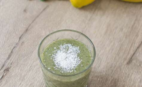 Green smoothie superfood - banane, kale, citron, coco