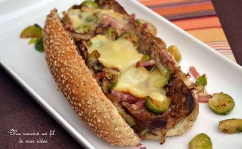 Hot-dog / pain-saucisse aux choux de Bruxelles, lardons et fromage de Herve
