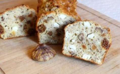 Cake aux figues séchées, noisettes et feta