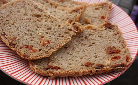 Pain d'épeautre aux tomates séchées, lardons et oignon