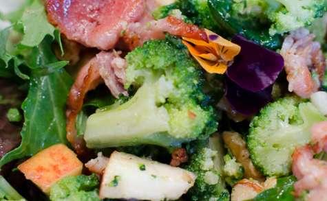 Salade de brocoli, au bacon, à la pomme et aux noix