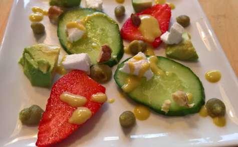 Salade de fraises, avocat et fromage de chèvre