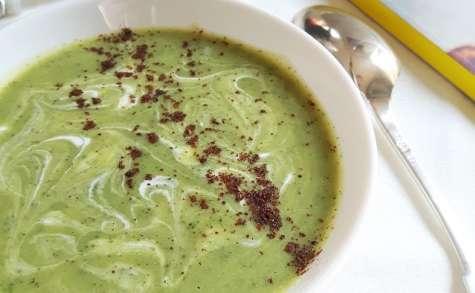 Soupe froide de courgette, lait de coco et sumac