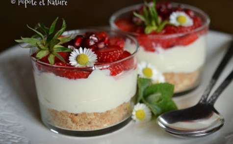 Verrines de cheesecake aux fraises, à la grenade et aux sablés de Retz