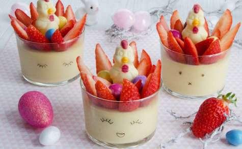 Petits pots chocolat blanc aux fraises et oeufs de Pâques