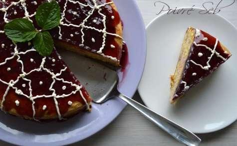 Gâteau moelleux à la crème de fraises sous une coulée de cassis