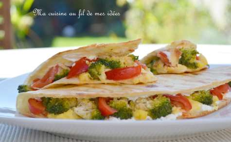 Quesadillas aux oeufs, brocoli, tomates et fromage de chèvre