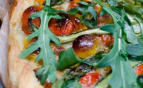Tarte printanière aux asperges vertes, aux tomates cerises et à la mozzarella