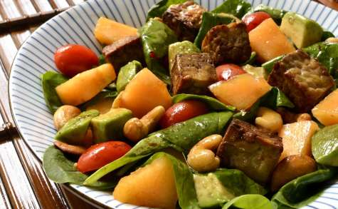 Salade de pousses d'épinards et de tempeh mariné