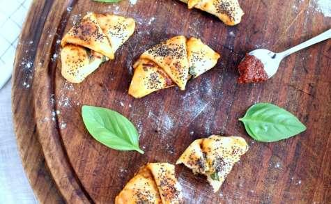 Petits croissants façon pizza fourrés à la tomate et à la mozzarella