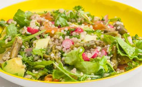 Salade de quinoa, avocat, asperges, truite fumée, radis et roquette