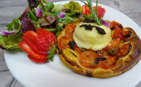 Tartelette feuilletée, tomates cerises, romarin, Chavignol et ail noir