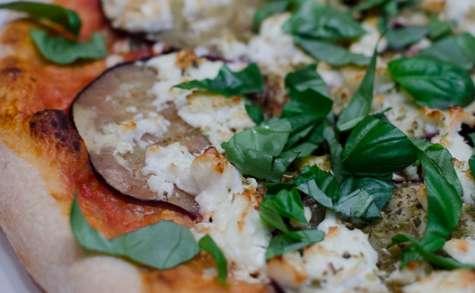 Pizza à l'aubergine, à la feta et au basilic