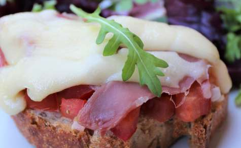 Bruschetta : tomates, oignons, jambon de pays et gruyère
