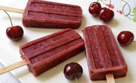 Popsicles ou esquimaux cerises et fraises