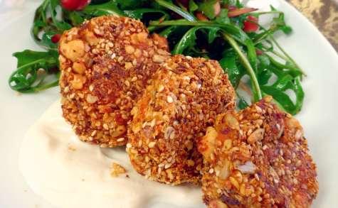 Croquettes de patate douce, oignons caramélisés et feta en croute de Dukkah, sauce yaourt tahin, et salade de roquette a la grenade