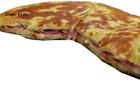 Focaccia cuite à la poêle et farcie de saucisson et fromage
