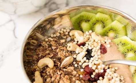 Smoothie bowl au cacao cru, kiwi et granola maison