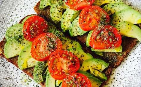 Tartines d'avocat et tomates