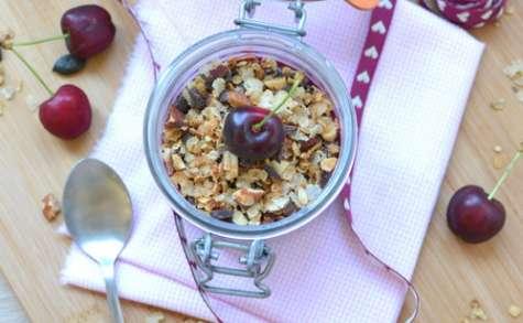 Chia pudding au granola et confiture de cerises