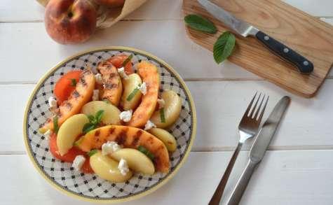 Salade de melon grillé, pêches, tomates et chèvre frais