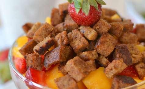 Salade de pêche et fraises, pain d'épices parfum coco