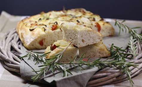 Focaccia au parmesan oignon tomate et romarin