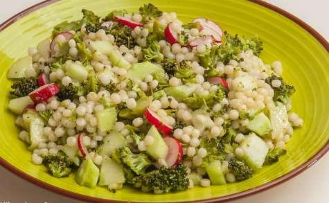 Salade de pâtes, brocolis, concombre et radis