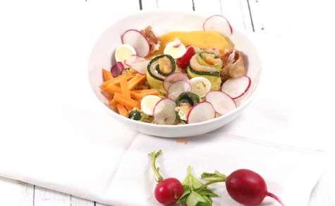 Salade de quinoa aux légumes et rouleaux de courgettes au saumon
