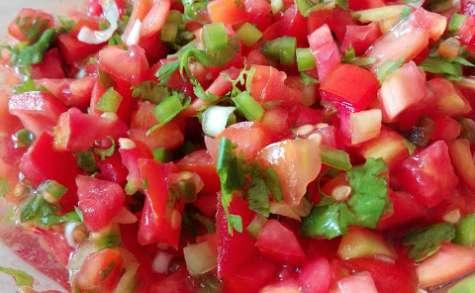 Salade de tomates relevée