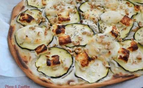 Pizza courgette, feta, mozza, yaourt grec et pignons de pin