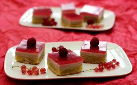 Gâteau crousti-fondant aux amandes, groseilles et framboises