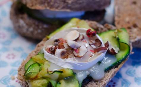 Sandwich à la courgette grillée, au chèvre et au miel