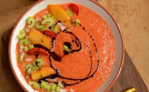 Soupe froide aux pêches et tomates