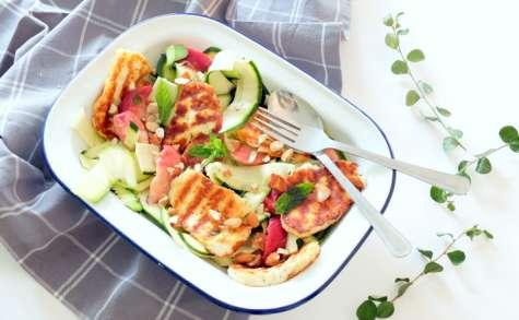 Salade estivale aux pêches, courgettes et halloumi