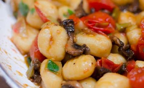 Gnocchi aux champignons, aux oignons nouveaux et aux tomates cerises