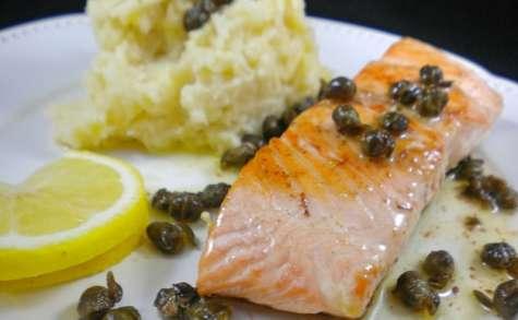 Saumon croustillant, purée de panais et sauce beurre et câpres