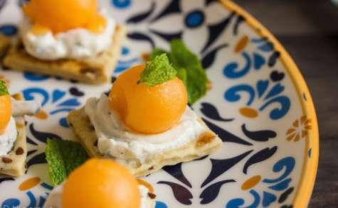 Crackers apéritifs au fromage frais, à la menthe et au melon