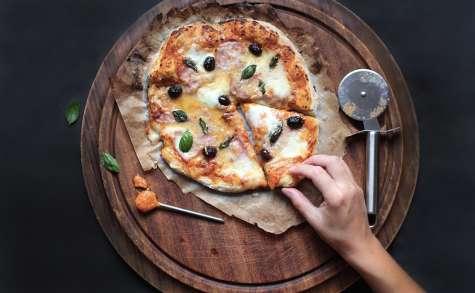 Pizza maison à la mozzarella, parmesan et basilic