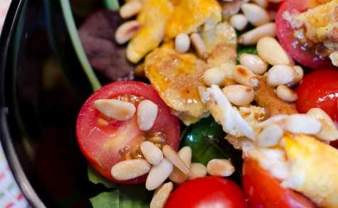 Salade à l'omelette de girolles, aux tomates cerises et aux pignons de pin