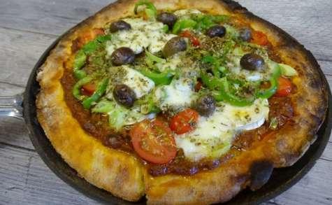 Pizza à la poêle, chèvre, mozzarella, poivron, tomates cerises et origan