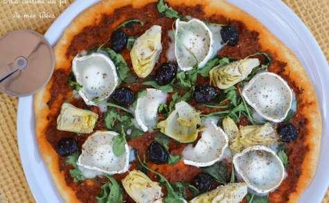 Pizza au pesto rouge, artichaut, fromage de chèvre et roquette