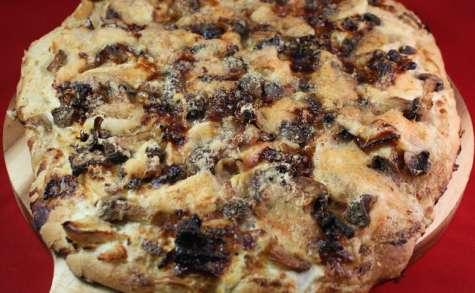 Pizza blanche, poulet, champignons et oignons caramélisés