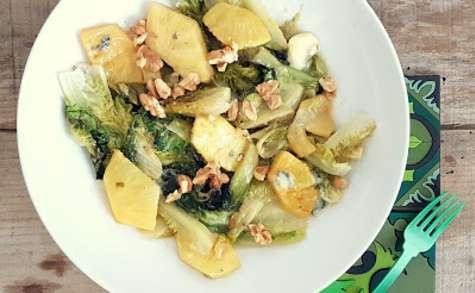 Sucrines braisées, ananas et roquefort
