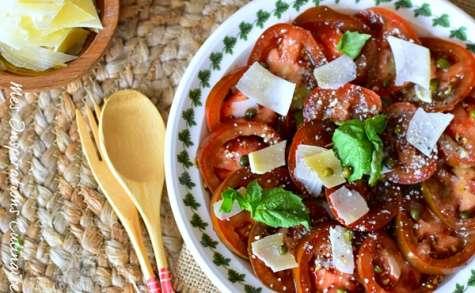Carpaccio aux tomates et copeaux de parmesan